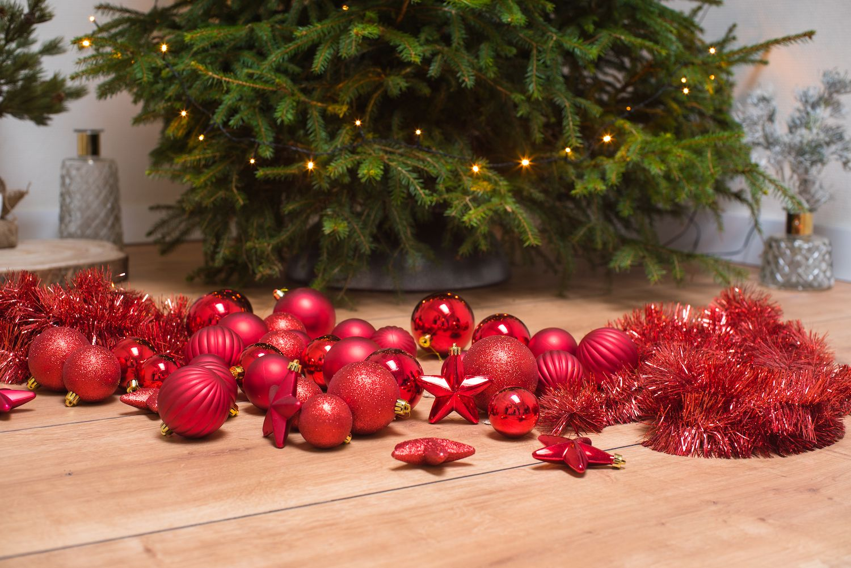 Kerstboomversiering rood kerstslingers, decoratie en kerstballen