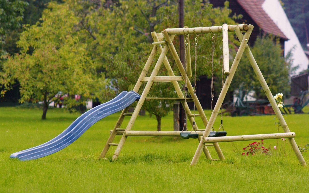 Speeltoestel Kleine Tuin : Complete speeltoestel van hout met 2 schommels en glijbaan