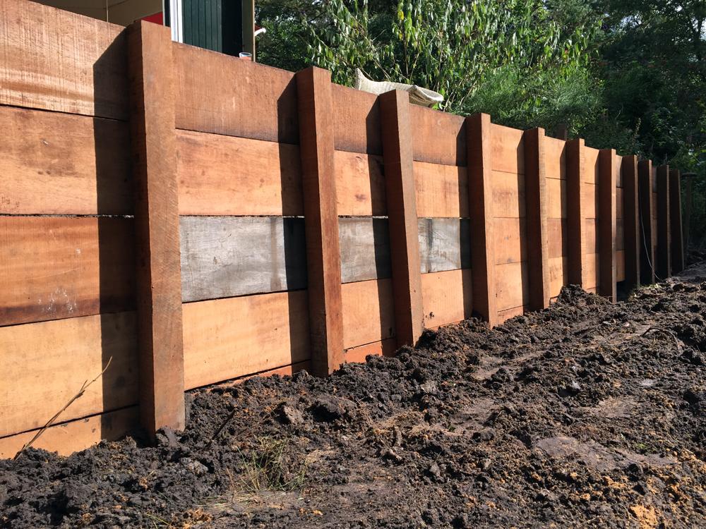 Zelf afboording bouwen keerwand plaatsen tips for Houten vijverbak