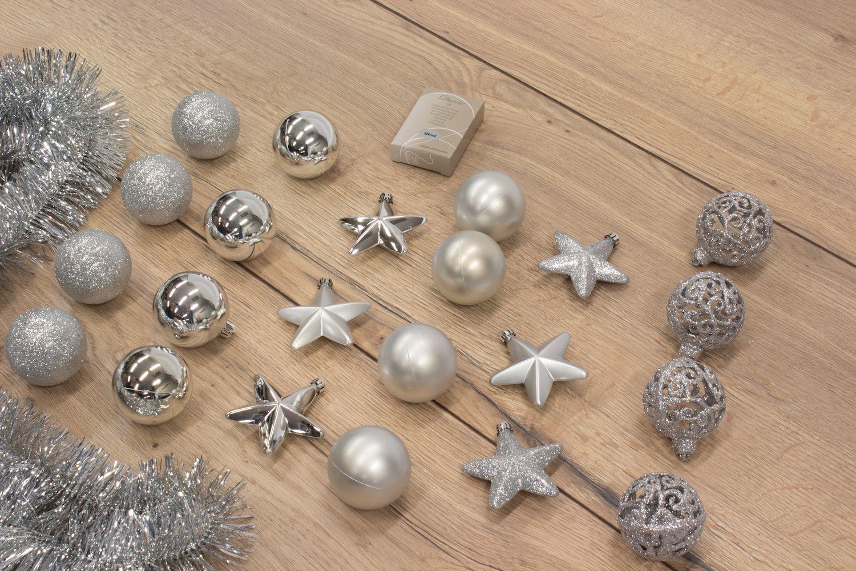 Kerstboom versiering zilver kerstballen slingers en decoratie