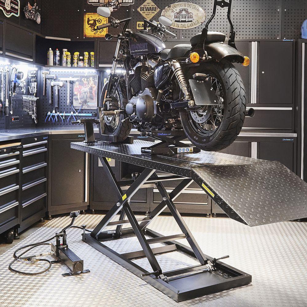 Sterke motorheftafel met minilift in werkplaats