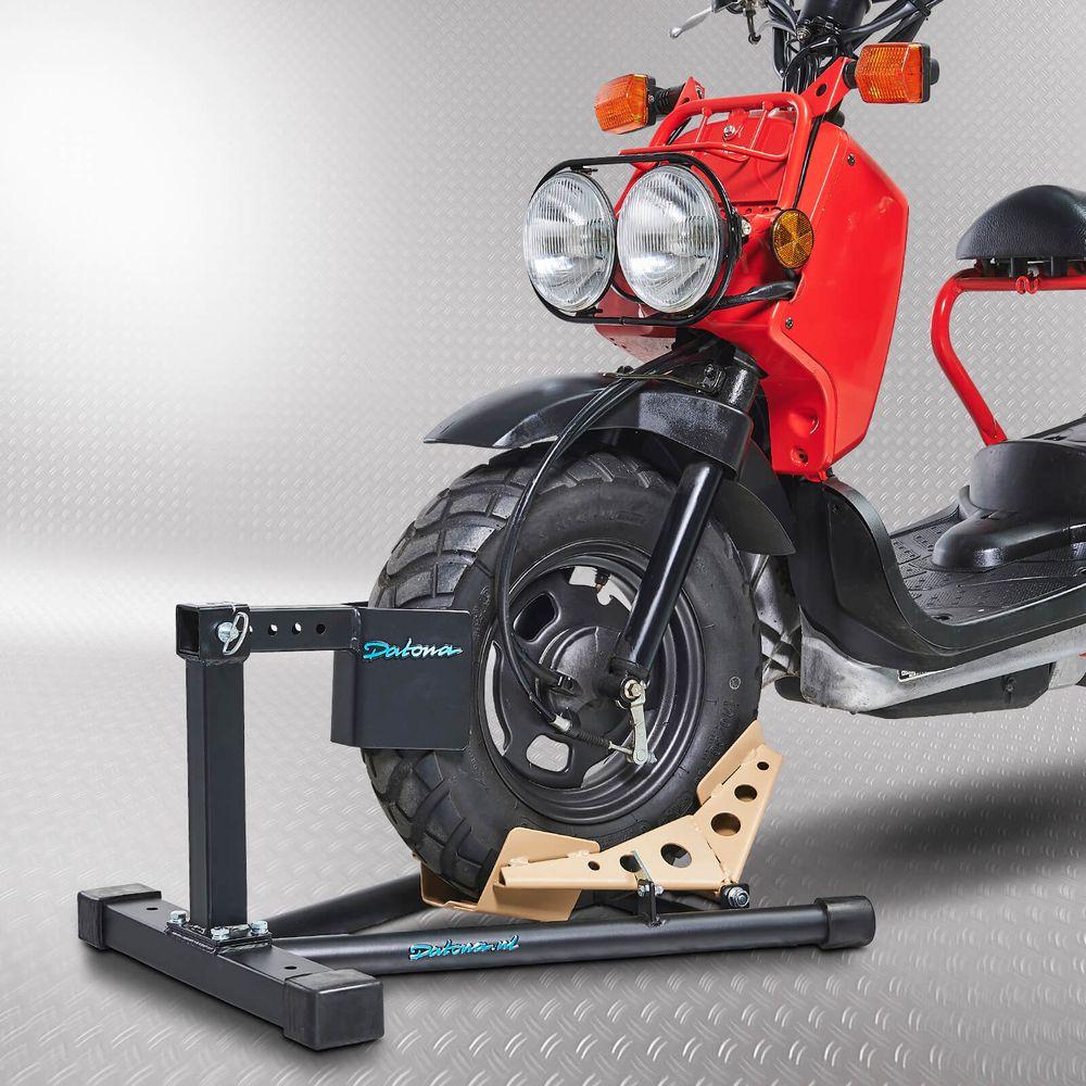 Scooter inrijklem met rode brommer