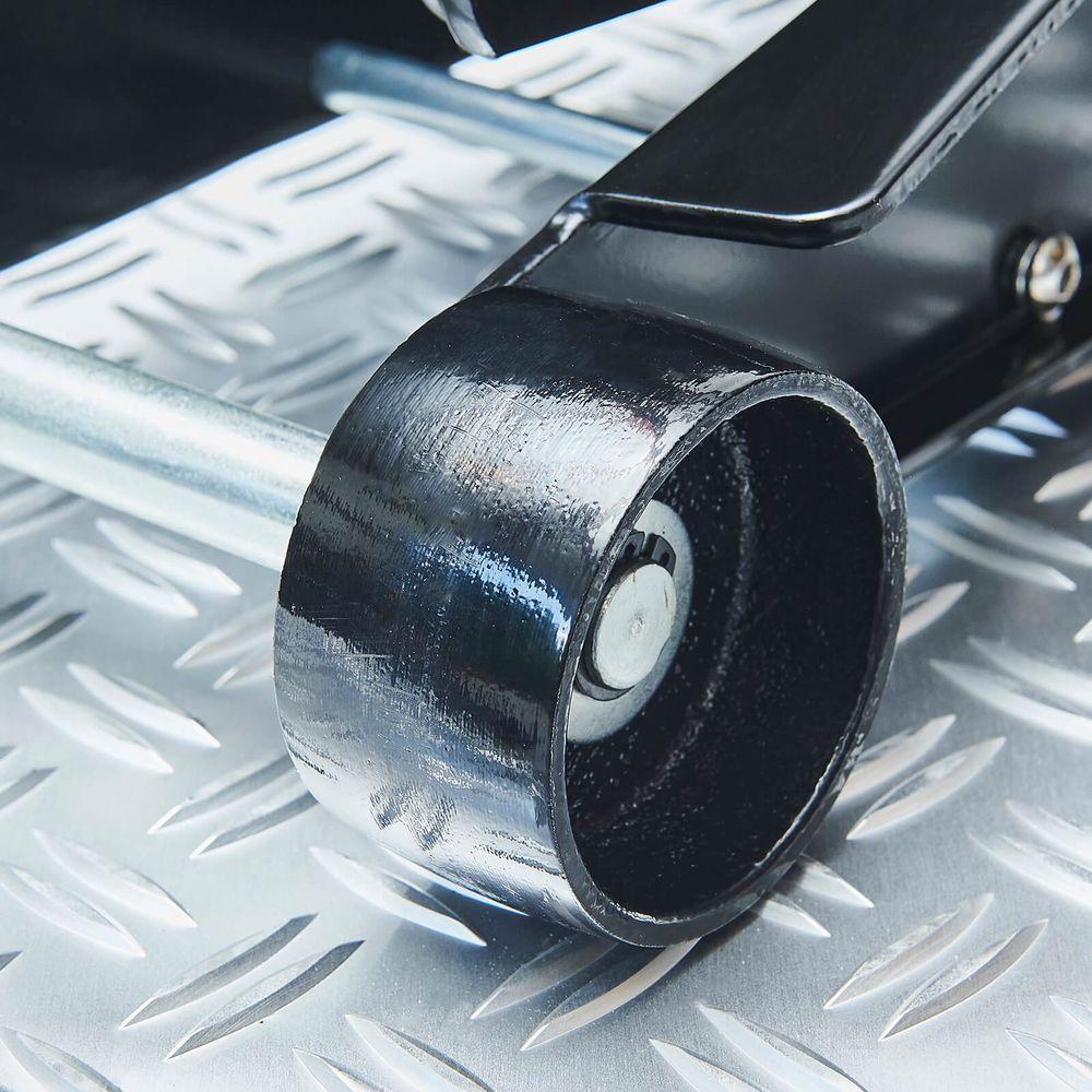 Zwarte sterke wielen onder de hydraulische autokrik 2,5 ton