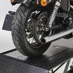 Achterwiel Harley op heftafel met barkruk