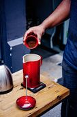 Le Creuset cafetière kersenrood 0.8 liter sfeer