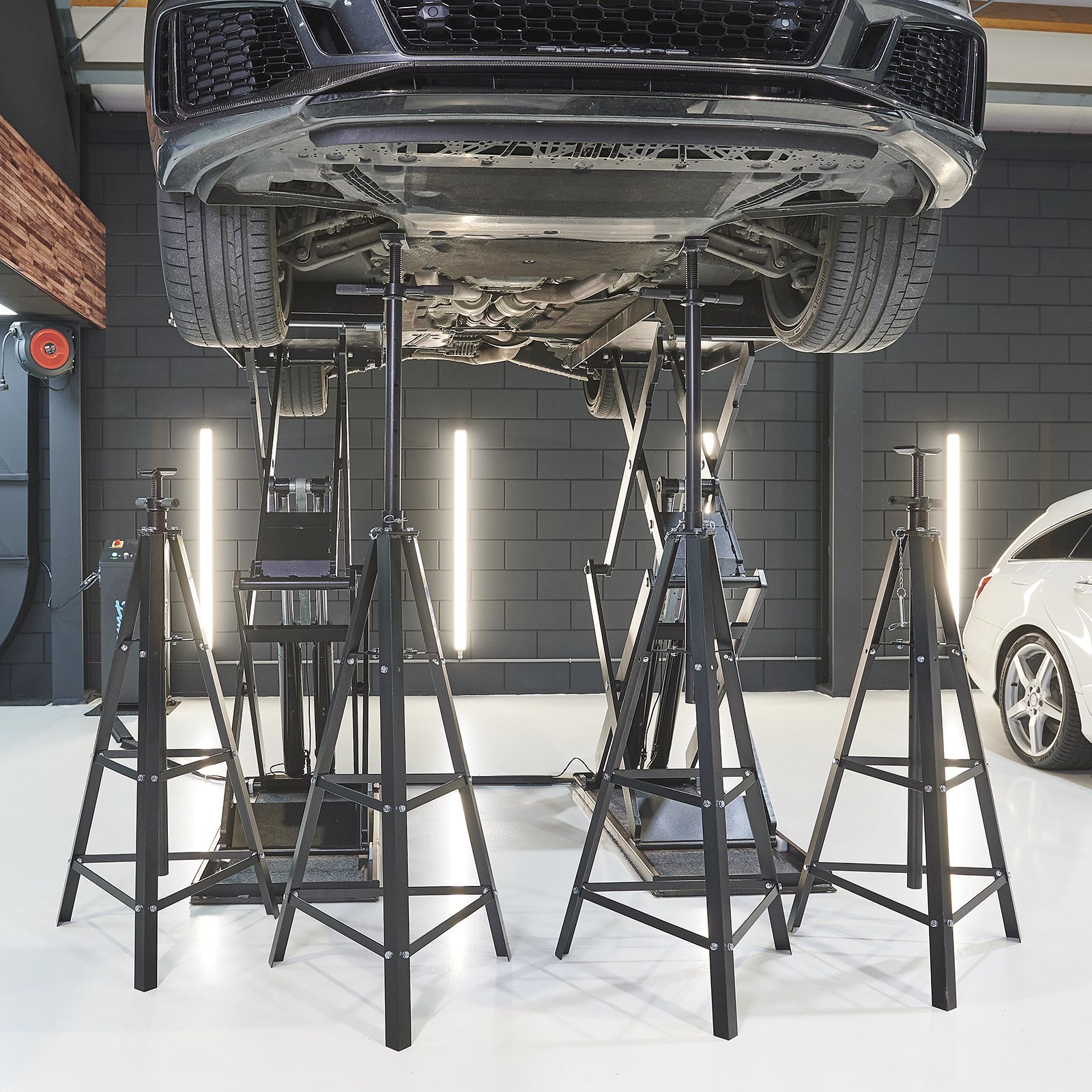 Vier hoge assteunen onder voertuig