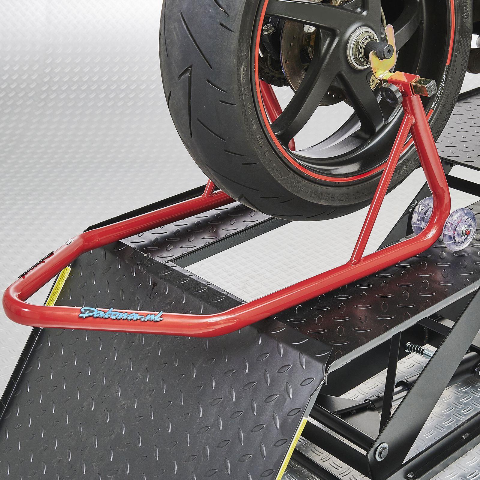 Paddockstand rood voor het achterwiel op heftafel