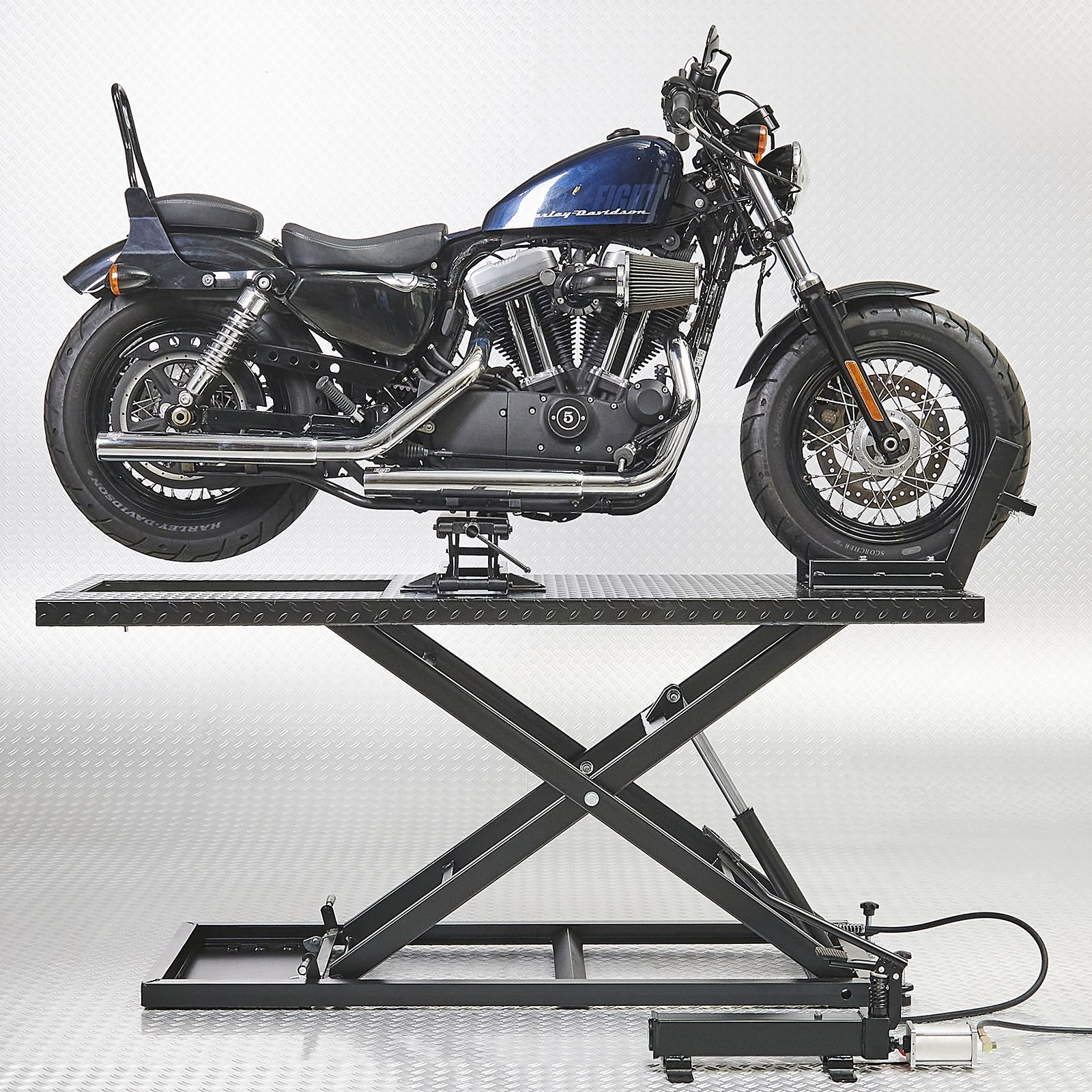 Harley Davidson op heftafel met minilift