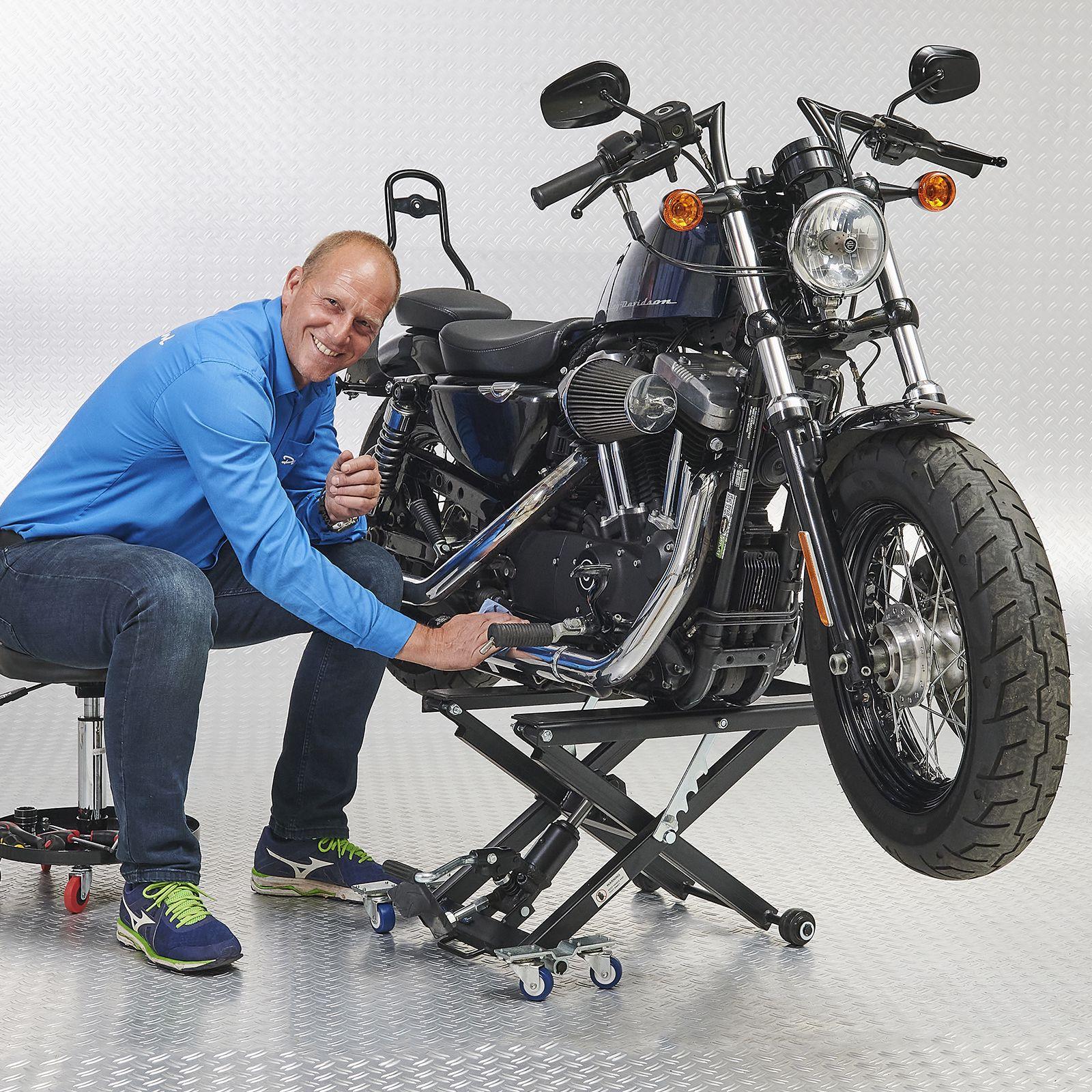 Motorlift harley met poetskruk op traanplaats