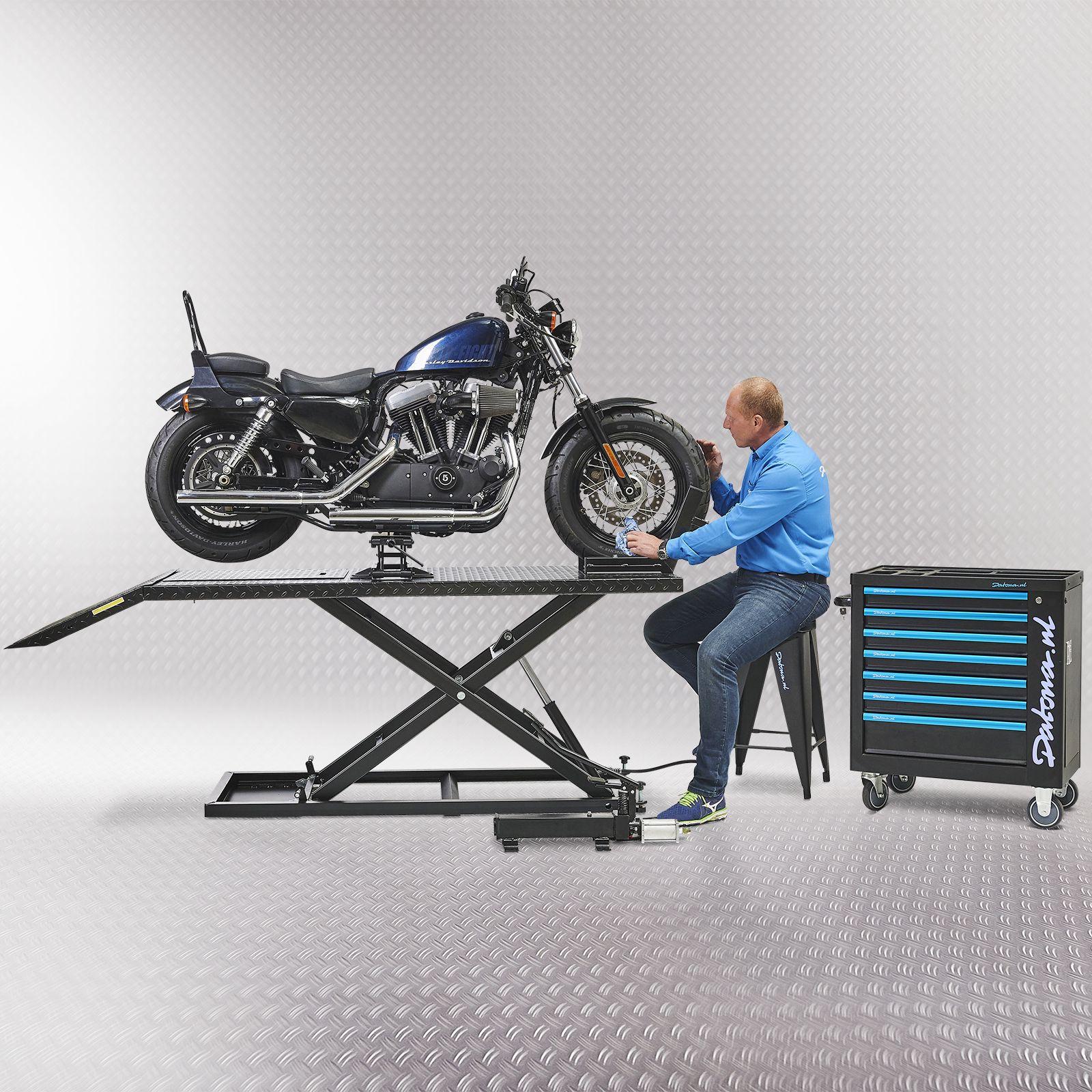 Harley motor op heftafel met minilift