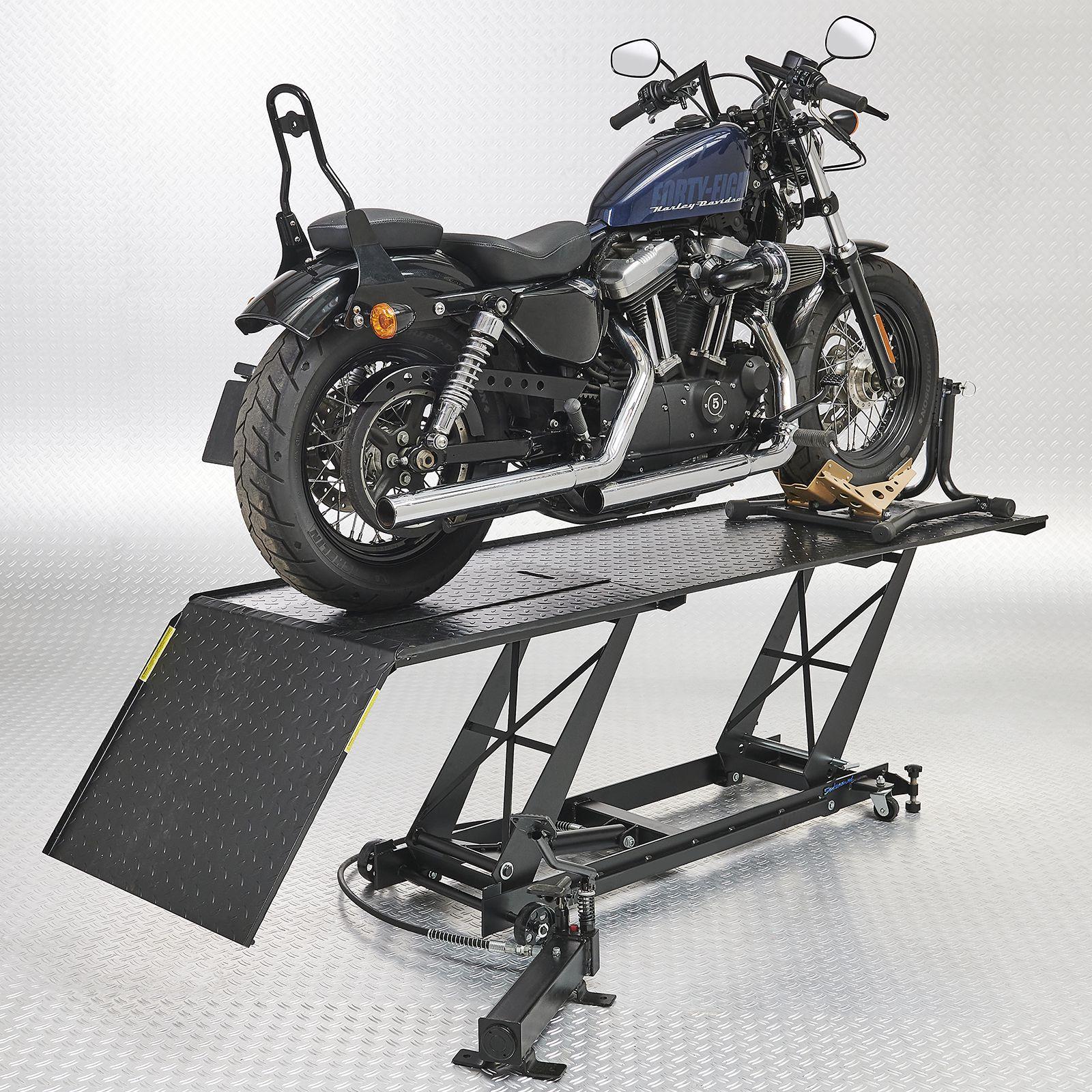 Harley Davidson op sterke motorheftafel met rijklem