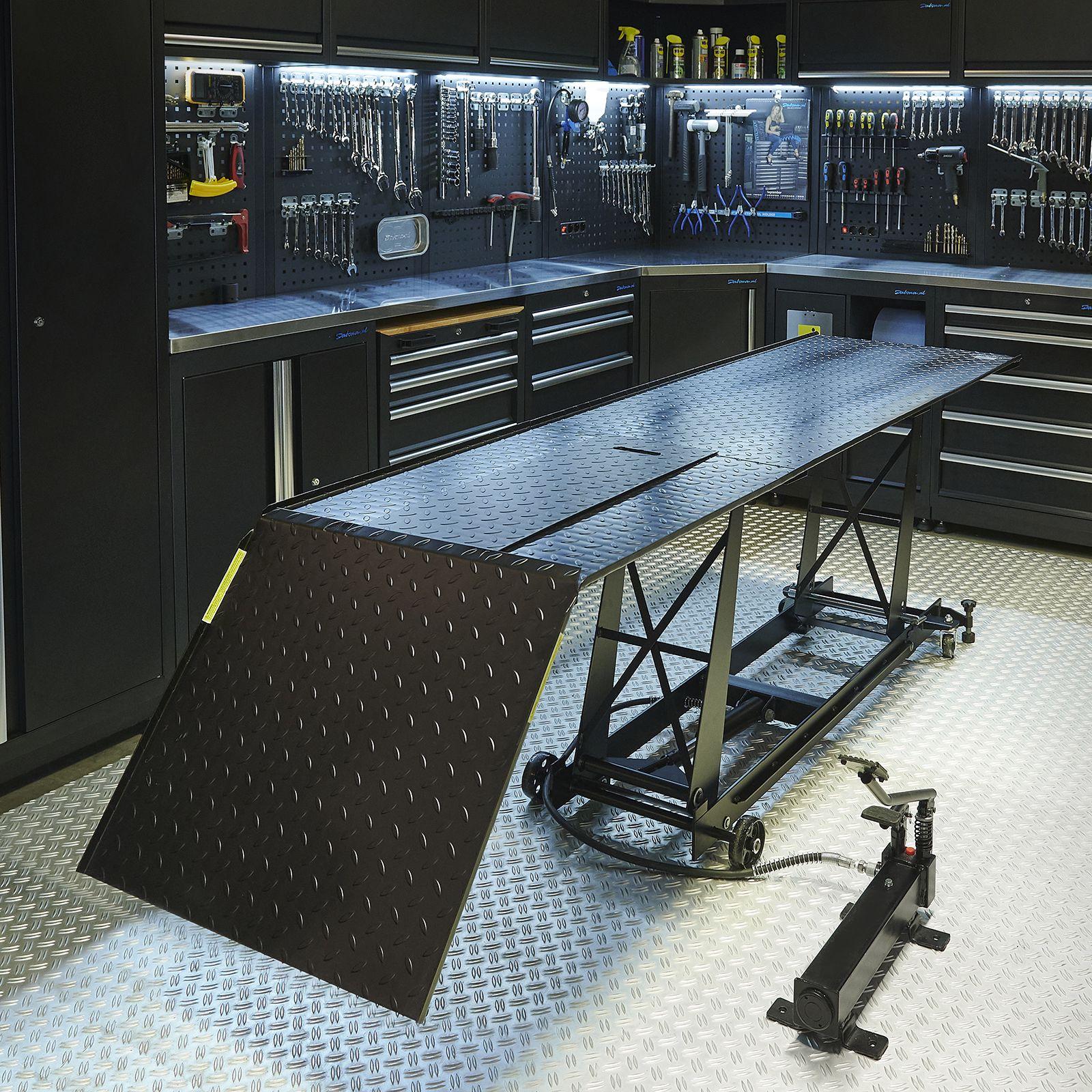 Motorheftafel met barkruk in Datona werkplaats