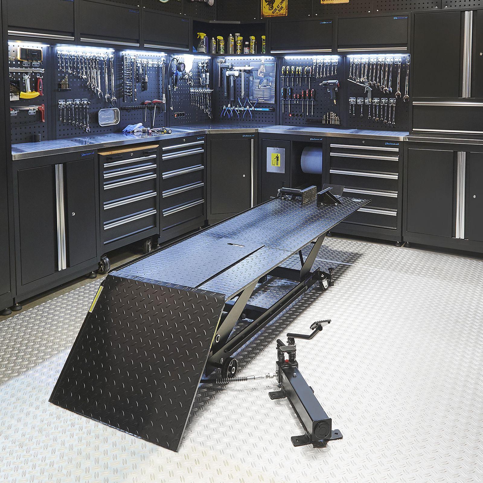 Motorheftafel met barkruk in garage