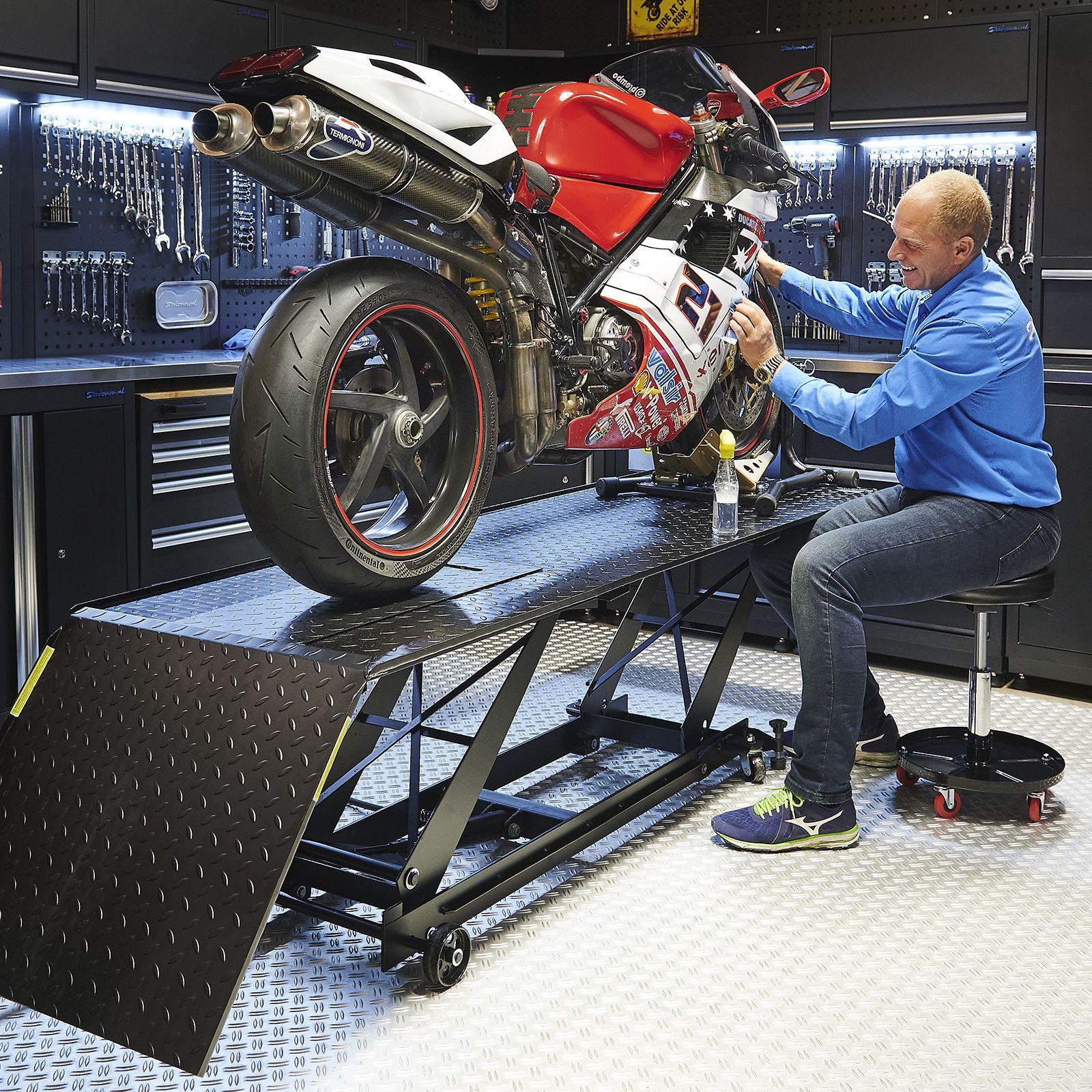 Motorheftafel met poetskruk in werkplaats