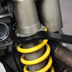 Haaksleutel voor achterschokbreker motor 1