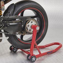 Achterwiel van motor op rode paddockstand