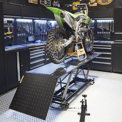 Motorheftafel met kawasaki in werkplaats