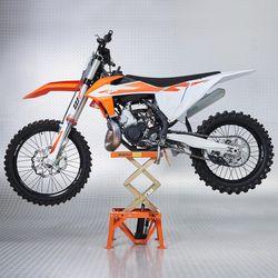 Crossmotor op de oranje mx lift