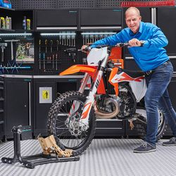 KTM crosser in de werkplaats op een inrijklem van Datona