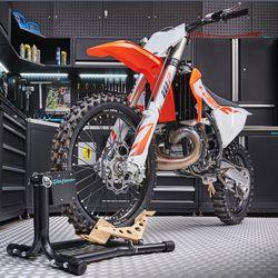 KTM crossmotor in de rijklem voor crossers