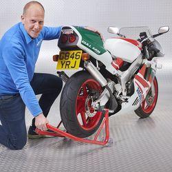 paddockstand onder motorfiets