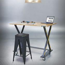 tafel met kruk en laptop