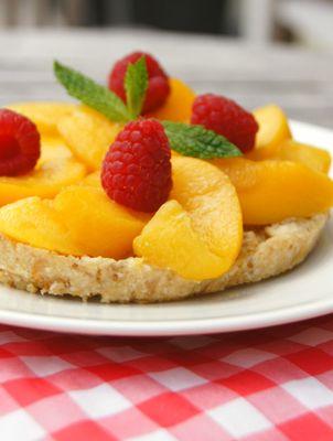 Raw vegan pie met perzik en framboos