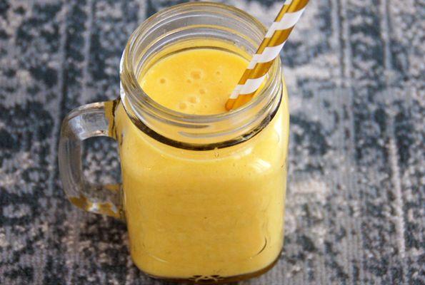 Smoothie met mango, banaan en ananas