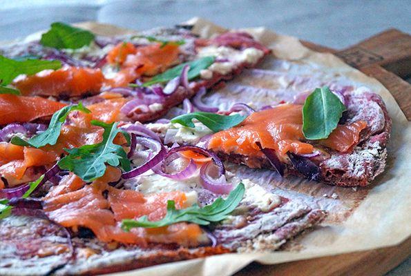 Spelt pizza met rode biet en zalm