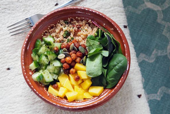 Vegan poké bowl met quinoa, mango en avocado
