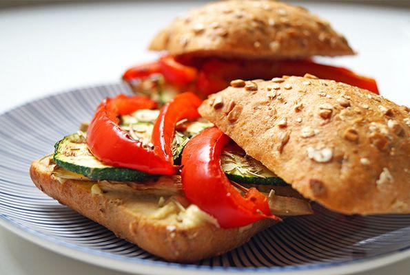Broodje met gegrilde groenten en hummus
