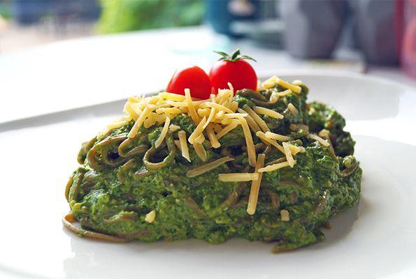 Pasta met avocadosaus en spinazie