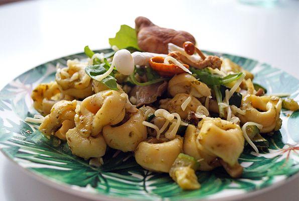 Vegetarische tortellini met pesto en champignons