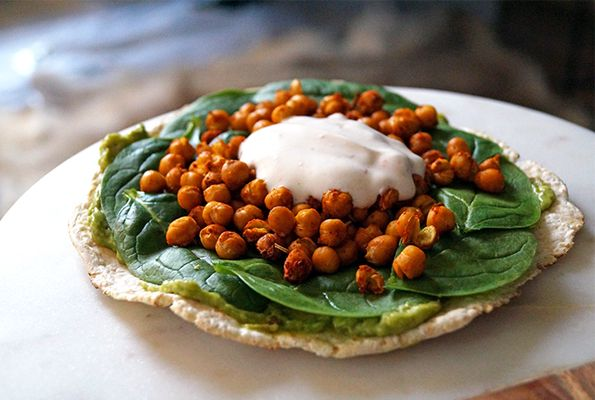 Glutenvrije wrap met kikkererwten, avocado en spinazie