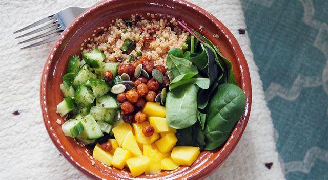 Vegan poké bowl met quinoa, mango avocado