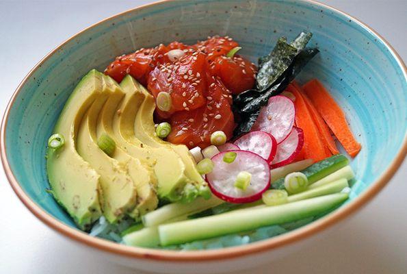 Poké bowl met zalm en avocado
