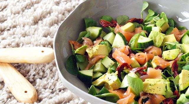 Salade met avocado, gerookte zalm en komkommer