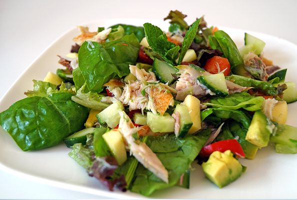 Salade met makreel, komkommer en avocado