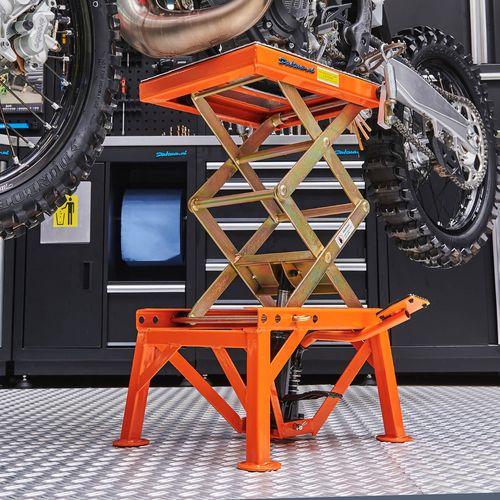 Stevige crosslift voor KTM motoren in de werkplaats