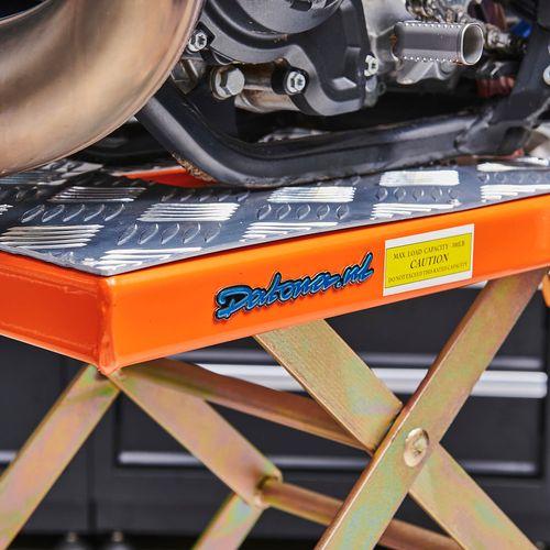 Datona logo op de oranje KTM crosslift