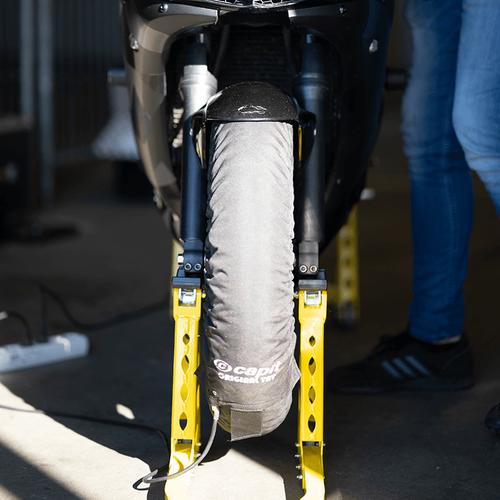 Datona bandenwarmer op het voorwiel van de motor