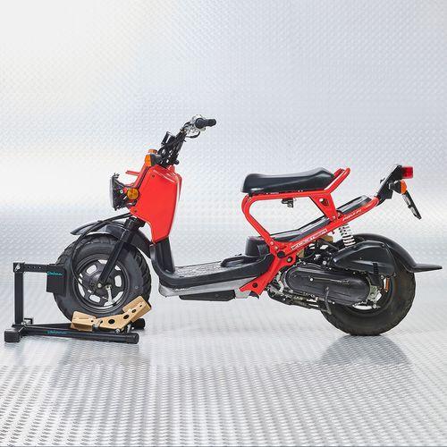 Rode Honda brommer in de rijklem voor scooters