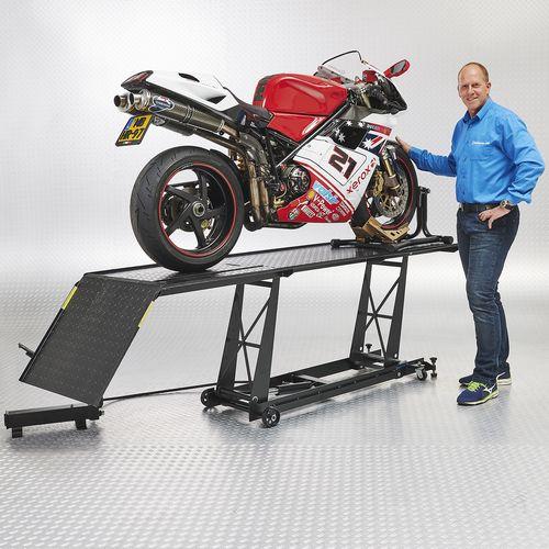 Ducati op de zwarte motorlift