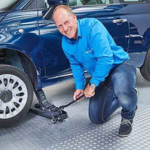 Rintje Ritsma krikt een verlaagde auto op met 2,5 tons krik voor verlaagde auto's