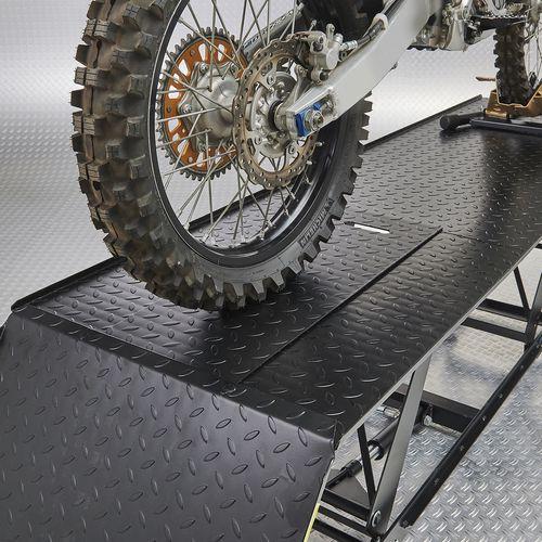 Achterwiel crossmotor op motorheftafel