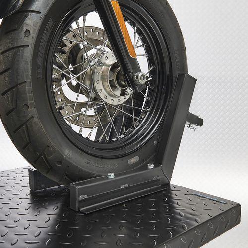 Voorwiel van Harley op de motorheftafel 700 kg