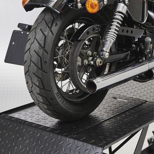 Achterwiel Harley op motorheftafel
