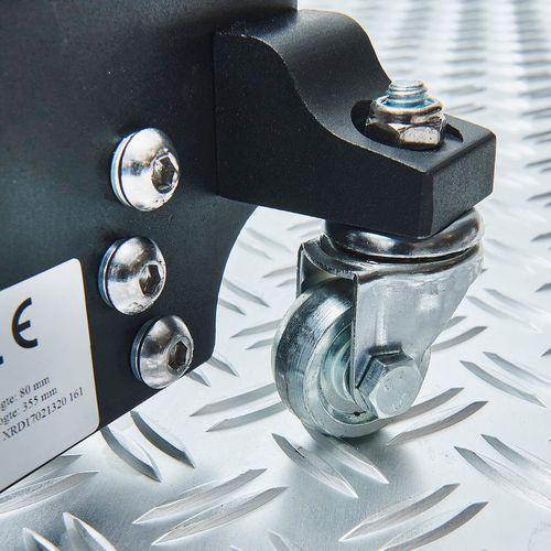 IJzeren zwenkwielen onder de aluminium krik