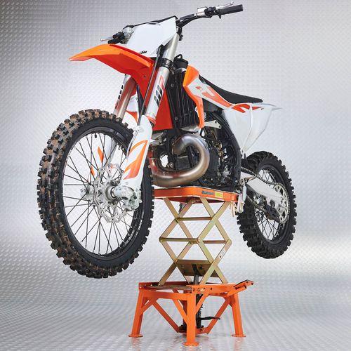 KTM oranje crossmotor op de crosslift van Datona