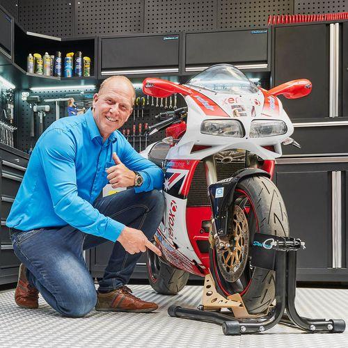Ducati in werkplaats met zwarte inrijklem